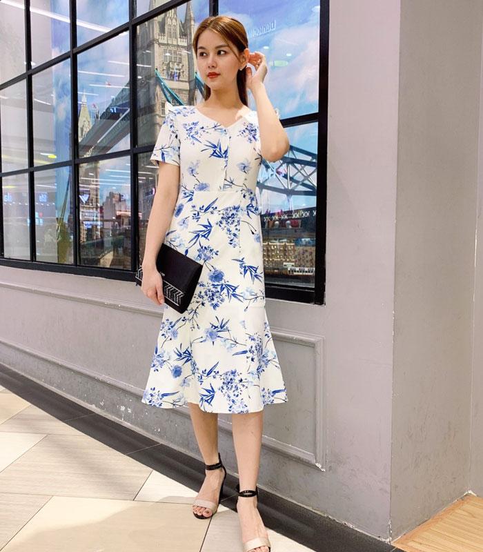 Đầm cổ V hơi đuôi cá phối nút và bèo ở cổ tay sắc trắng họa tiết xanh hình 2