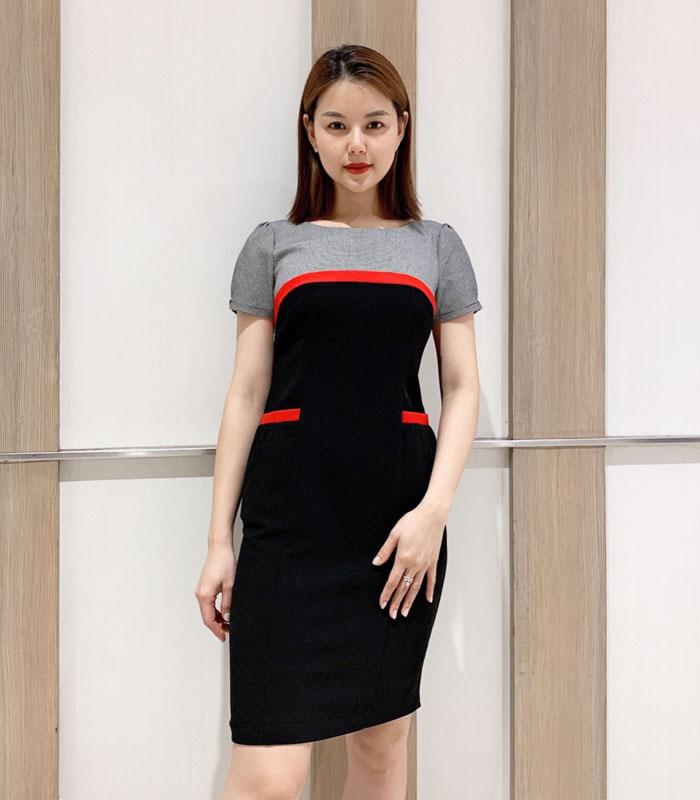 Đầm ôm cổ tròn 2 màu với phần viền đỏ ở ngực và túi áo hinh 1
