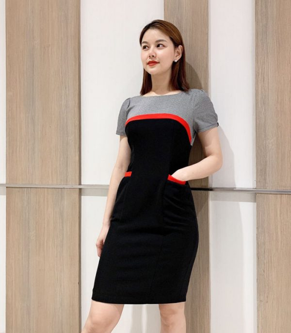 Đầm ôm cổ tròn 2 màu với phần viền đỏ ở ngực và túi áo hình 2