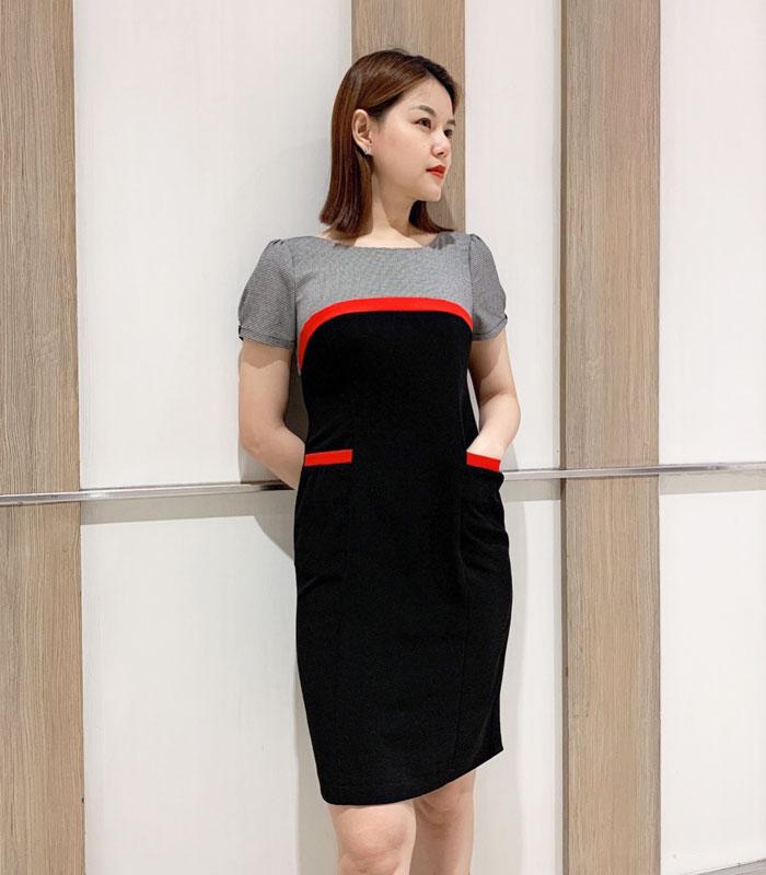 Đầm ôm cổ tròn 2 màu với phần viền đỏ ở ngực và túi áo hinh 3