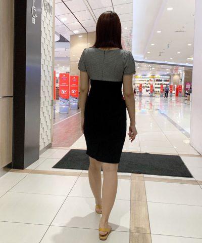 Đầm ôm cổ tròn 2 màu với phần viền đỏ ở ngực và túi áo hinh 4