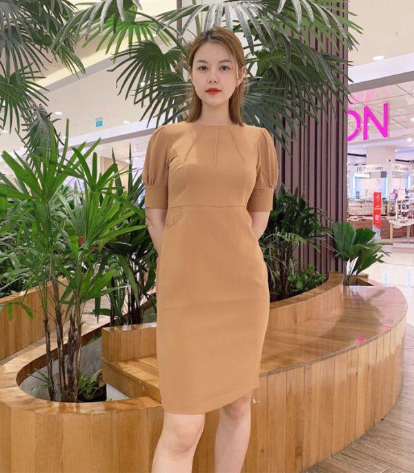 Đầm ôm trơn màu với 3 đường xếp ly ở cổ áo
