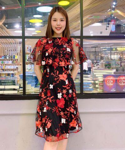 Đầm suông đen cổ thuyền phối ren với họa tiết hoa đỏ