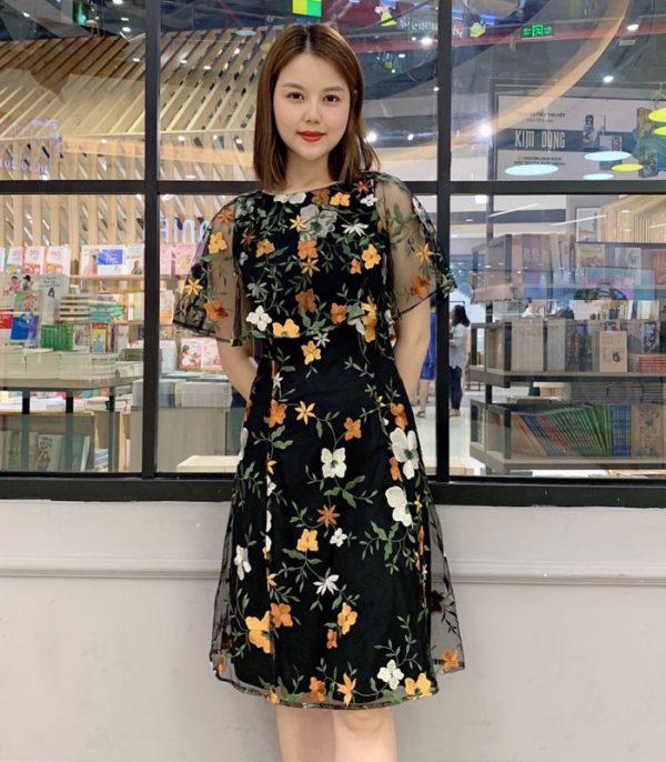 Đầm suông đen cổ thuyền phối ren với họa tiết hoa vàng