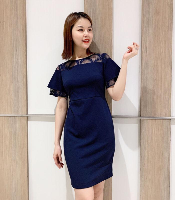 Đầm suông trơn màu với phần cổ phối ren cách điệu hinh 1