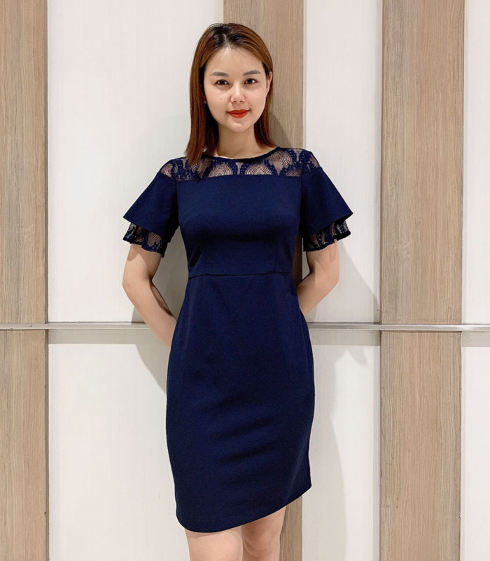 Đầm suông trơn màu với phần cổ phối ren cách điệu hinh 2