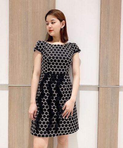 Đầm chữ A chấm bi phối 3 dây đen mềm mại ở phần chân váy hình 3