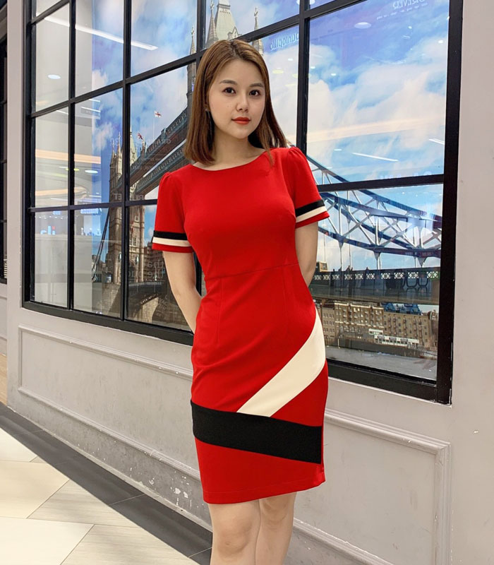 Đầm ôm màu đỏ tay ngắn phối màu trắng đen cách điệu hinh 3