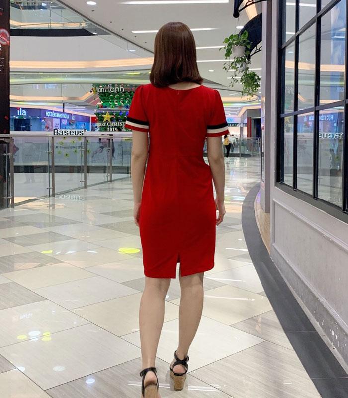 Đầm ôm màu đỏ tay ngắn phối màu trắng đen cách điệu hình 4