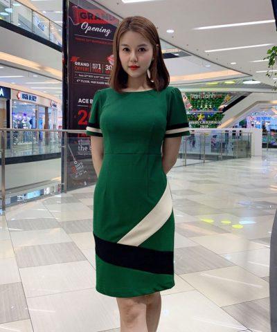 Đầm ôm xanh lá tay ngắn phối màu trắng đen cách điệu hinh 1