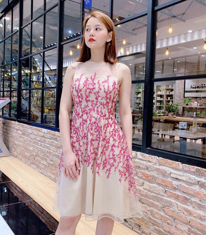 Đầm xòe ren lưới sát nách họa tiết cành hồng nổi bật hình 2