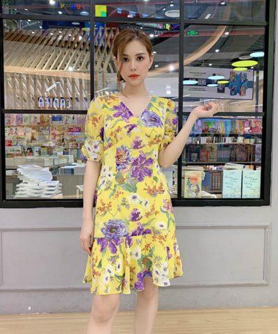 Đầm xòe cổ V nhấn ngực tay lỡ họa tiết hoa màu vàng