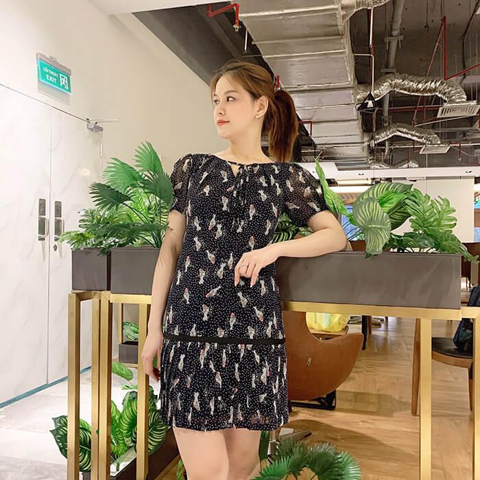 Đầm suông tay phồng tùng váy dập ly họa tiết chim nhỏ màu đen
