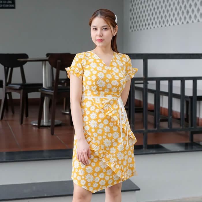 Đầm ôm cổ V đắp chép tay dún màu vàng họa tiết hoa cúc trắng