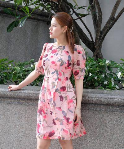 Đầm xòe tay lỡ cổ thuyền tay ngắn họa tiết hoa màu hồng
