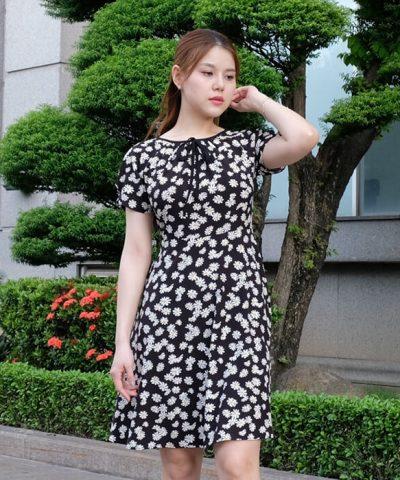 Đầm xòe cổ tròn thắt nơ nhuyễn tay ngắn màu đen họa tiết hoa cúc trắng