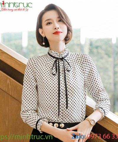 Áo cổ tròn viền cổ màu trắng buộc nơ đen họa tiết chấm bi