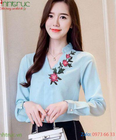 Áo cổ tàu chữ V màu xanh biển nhạt viền hoa dọc cổ áo bên trái